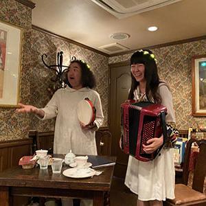 かとうかなこ&田島隆「はじめてのおちゃかい」の様子