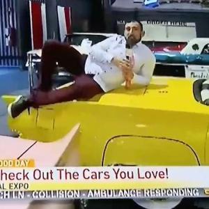 【馬鹿やろうぜぇ】TVレポーターがモーターショーに展示してあった車に飛び乗る暴挙で大炎上