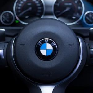 BMWは変形するステアリングホイールの特許を申請している事が判明