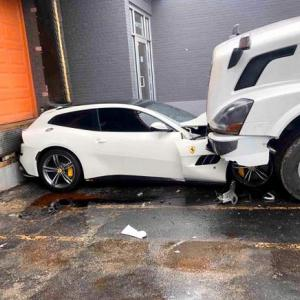 【当然の報い】労働者を舐めるなよ!怒れるトラック運転手が社長のフェラーリを破壊wwww