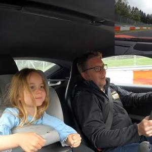 【ほっこり動画】パパの運転でニュルブルクリンクを走る子供がかわいすぎる