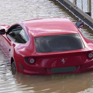 水道管が破裂し道路がまるでプールの様に水浸しに。フェラーリFFなど水没してしまう