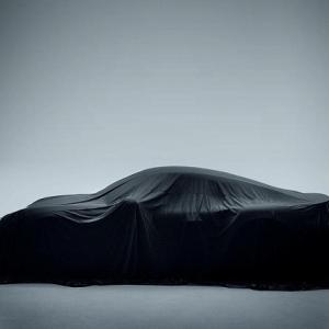 【間もなく公開か?】ポルシェから新モデルのティザーが公開&フラットプレーンクランクシャフトのケーニグセグジェスコ