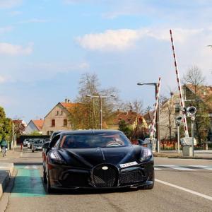 定価20億円を超える世界一高価なブガッティがナンバープレートを付け公道をテスト