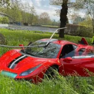 【これは恥ずかしいw】下手くそが何も無いのにフェラーリ488ピスタで大事故