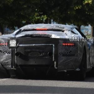 フェラーリ新型スポーツカーはマセラティMC20とほぼ同じサイズでローマと同じテールライトを採用