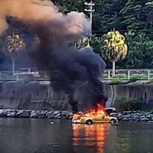 マスタングコンバーチブルに乗ったバカップルがわざわざ干潟に侵入し立ち往生し爆破炎上
