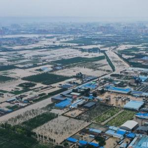 洪水からの復旧進む中国、台風6号に備え