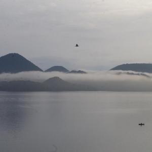 遊覧船も動かず、人も少ない洞爺湖の朝は静かです。