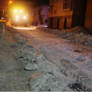 札幌市東区の脇道に除雪車が入り、只今排雪中で!