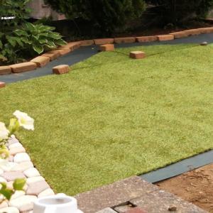 人工芝DIY 防草シートの上に小道を作り、人工芝を敷く