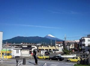 富士山の初冠雪 下土狩駅前から