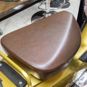 クロスカブ(JA10) 純正シートを染めQで塗装