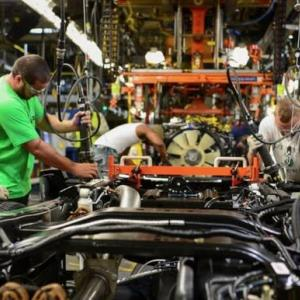 世界的な半導体不足により、各国の自動車生産が停滞