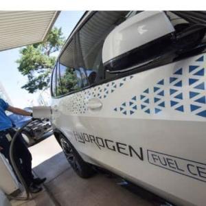 独自動車大手、水素燃料とEVに「二股」