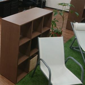 オープンシェルフでオフィスに適度な解放感とプライベート感を両立し癒し空間に