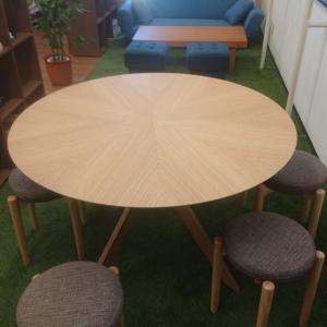 休憩スペースに木目の丸テーブルを置いて癒し効果を