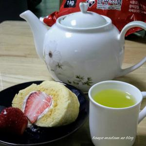 イチゴ入りロールケーキには緑茶が合う