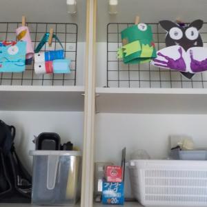 子供の作品の意外な飾り方(吊戸棚にワイヤーネットで)