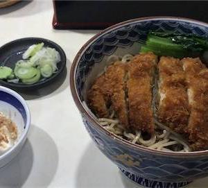 神楽坂の老舗蕎麦屋「翁庵」の名物、豪快にカツが乗った冷やしかつそば!