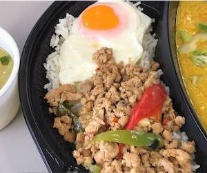 テイクアウト・キンニクメシ タイ料理「サイアムBBQ」のガパオ&シーフードのたまごカレー弁当