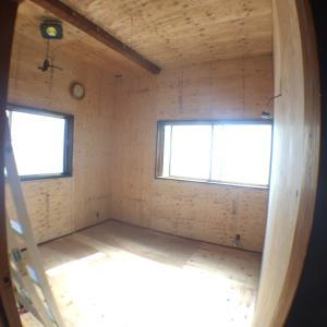 セルフリノベ中の寝室。構造用合板を張り終えた。