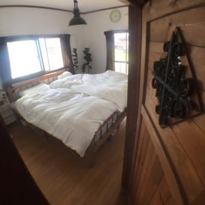 新しい寝室と、今の寝室。セルフリノベーション中。