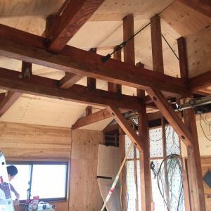 天井の梁、色 ぬり終わりました!