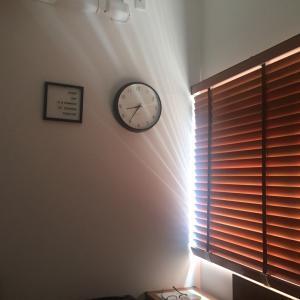朝日で目覚める寝室のブラインド