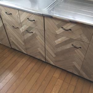 ◆100均DIY◆ダイソーリメイクシートでキッチン扉を変身!