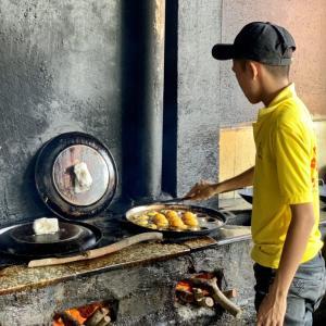美食の町カントー⑤ 厨房が恰好いいローカル・バインセオ店と、上品淡麗な汁麺料理ブンヌックレオ。
