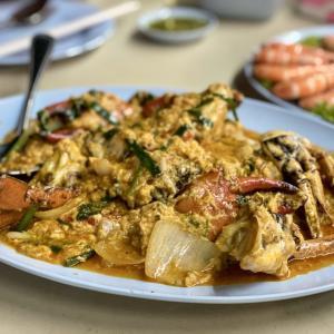 【バンコク】ローカル食堂の超新鮮レバ刺しと、ソンブーンを超えると噂のプーパッポンカレー(蟹カレー)。