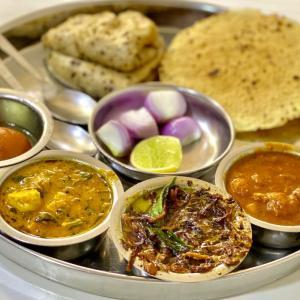 【インド】ムンバイ最強と噂のローカルレストランで、魅惑の豆カレーとチャパティに悶絶!