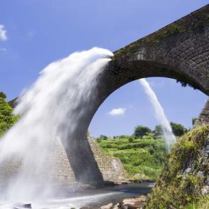 豪快な水のアーチに歓声 山都町の通潤橋、4年3カ月ぶり放水再開