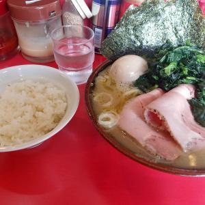 和田町の「どんとこい家」で昼めしセットに青菜増しラーメンを食べた感想。セットがかなりお得で日替わりトッピングも充実です!スープもあっさり寄りながらいい感じに豚骨出汁が効いてる。