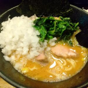 渋谷「麺屋大和田」で青菜タマネギマシラーメンライスを食べる。主張の強いメンマが特徴的な家系ラーメン!。渋谷付近で食べるなら安定かな?