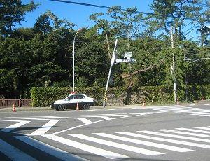 ■台風19号 御用邸前信号機傾く、一色停電13日正午に回復