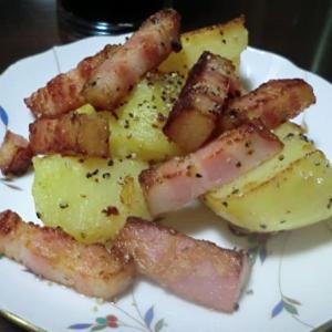 今日の晩ごはんはベーコンとジャガイモの粒コショー炒めをメインで一杯📷街角
