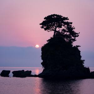 雲からの日の出:今朝の雨晴海岸