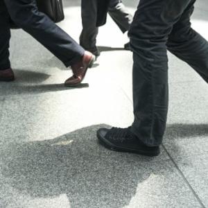 歩き方を改善しよう!歩く時に膝が曲がってしまう原因と改善法