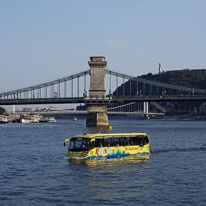 船がブダペストの街を走る?いや、バスがドナウを泳ぐのです。