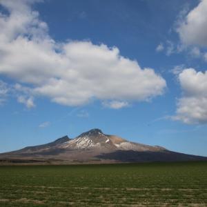 道南爺様日記 早春の駒ケ岳と噴火湾越しのニセコの山々 20210410