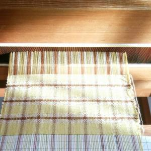 織りあがり、次の筬通しへ。