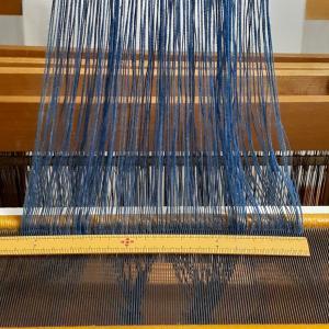 たて糸の本数を確認しながら。 ~筬通し~