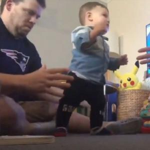 ベビィーが初めて歩き出した時の父の反応とスウィートな昼寝動画