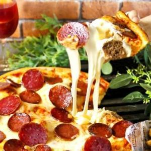 悪魔の誘惑? ピザでチーズとミートボールをギッシリはさんだ一品がメイン