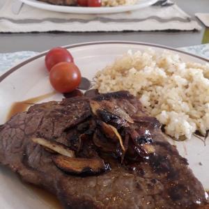 ガーリックライス付きステーキで外食気分を味わう。