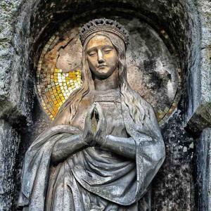 涙を流す聖母マリア像の謎。分析の結果、本物のヒトの涙だった⁉︎