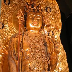 お寺で仏様の前にいると優しい気持ちになれます
