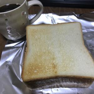 ソフトサラミチーズサンドで朝飯